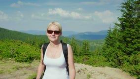 Η καυκάσια μέσης ηλικίας γυναίκα αναρριχείται σε ένα βουνό Ενεργός και υγιής τρόπος ζωής απόθεμα βίντεο