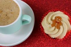 Η καυτά σοκολάτα και Cupcake τροφίμων Χριστουγέννων στο κόκκινο ακτινοβολούν backgrou Στοκ Φωτογραφίες