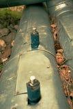 Η καυτή διοχέτευση με σωλήνες ατμού για τη θέρμανση της αστικής τακτοποίησης καλύπτεται στη θερμική μόνωση στοκ εικόνα με δικαίωμα ελεύθερης χρήσης