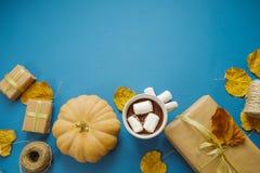 Η καυτή σοκολάτα με marshmallows, δώρα, έγγραφο συσκευασίας, ξεραίνει την άδεια Στοκ Εικόνες