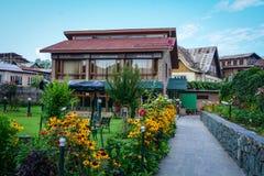 Η καφετερία με τον κήπο λουλουδιών στο Σπίναγκαρ, Ινδία στοκ εικόνα