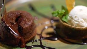 Η καφετιά γλυκιά πλήρωση προκύπτει από το κέικ στο πιάτο κοντά επάνω απόθεμα βίντεο