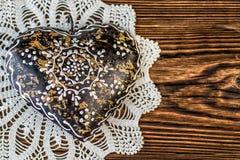 Η καφετιά καρδιά μετάλλων με τη δαντέλλα στο ξύλινο υπόβαθρο, ημέρα βαλεντίνων ή γιορτάζει την εικόνα αγάπης Στοκ φωτογραφία με δικαίωμα ελεύθερης χρήσης