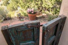 Η καφετιά ξύλινη πύλη κήπων, άνοιξε ελαφρώς Στοκ φωτογραφία με δικαίωμα ελεύθερης χρήσης