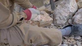 Η καφετιά πέτρα συντρίβεται από έναν εργαζόμενο με ένα σφυρί απόθεμα βίντεο