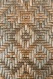 η καφετιά σύσταση ύφανσης ινδικού καλάμου ψάθινη με το κινεζικό παραδοσιακό σχέδιο, η επιφάνεια για το υπόβαθρο Στοκ Φωτογραφία