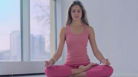 Η καλή ήρεμη συνεδρίαση γυναικών γιόγκας στο λωτό θέτει και meditating απόθεμα βίντεο