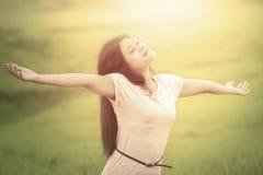 Η καλή γυναίκα αναπνέει το καθαρό αέρα στον τομέα Στοκ φωτογραφία με δικαίωμα ελεύθερης χρήσης