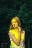 Η καλή γυναίκα brunette κάλυψε το ξηρό holi χρωμάτων Στοκ Εικόνες