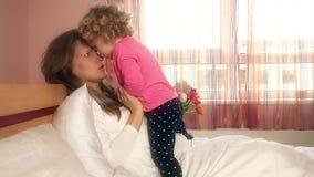 Η καλή μητέρα κοριτσιών και λίγη κόρη παρουσιάζουν συναισθήματα στην κρεβατοκάμαρα απόθεμα βίντεο