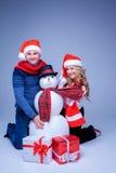 Η καλή συνεδρίαση ζευγών Χριστουγέννων με παρουσιάζει Στοκ Φωτογραφίες