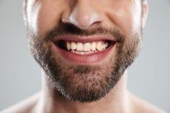 Η καλλιεργημένη εικόνα ενός γέλιου επανδρώνει το πρόσωπο Στοκ Εικόνες