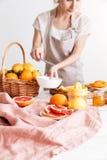 Η καλλιεργημένη εικόνα της γυναίκας συμπιέζει έξω το χυμό εσπεριδοειδή Στοκ Εικόνες