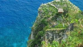 Η καλύβα και η άποψη δείχνουν στην άκρη απότομων βράχων στη βόρεια ακτή Nusa Penida, Μπαλί, Ινδονησία απόθεμα βίντεο