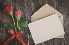 Η κενή άσπρη ευχετήρια κάρτα με το κόκκινο αυξήθηκε Στοκ φωτογραφία με δικαίωμα ελεύθερης χρήσης