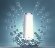 Η κενή άσπρη μπύρα μπορεί πρότυπο με τους κύβους πάγου που επιπλέουν στους κύκλους στον αέρα που κρεμά επάνω από τον παφλασμό του Στοκ φωτογραφία με δικαίωμα ελεύθερης χρήσης