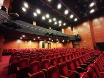 Η κενή αίθουσα θεάτρων - φωτεινά φω'τα στοκ φωτογραφία