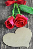 Η κενή ευχετήρια κάρτα με τη μορφή καρδιών και κόκκινος αυξήθηκε λουλούδια Στοκ Φωτογραφία