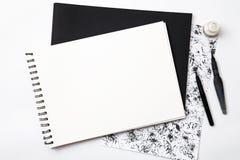 Η κενή Λευκή Βίβλος με τη βούρτσα στο γραπτό grangy υπόβαθρο Στοκ φωτογραφίες με δικαίωμα ελεύθερης χρήσης