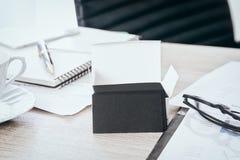 Η κενή μαύρη χλεύη επαγγελματικών καρτών στο γραφείο γραφείων μας καταναλώνει για τη χλεύη επάνω στο πρότυπο σχεδίου πληροφοριών  Στοκ Φωτογραφίες