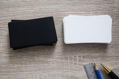 Η κενή μαύρη χλεύη επαγγελματικών καρτών στο γραφείο γραφείων μας καταναλώνει για τη χλεύη επάνω στο πρότυπο σχεδίου πληροφοριών  Στοκ Εικόνα