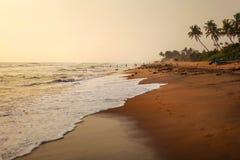 Η κενή παραλία κατά τη διάρκεια του φωτός ήλιων απογεύματος, στρώνει με άμμο υγρό από τα κύματα στοκ φωτογραφία με δικαίωμα ελεύθερης χρήσης