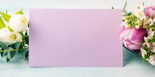 Η κενή πορφυρή τουλίπα λουλουδιών καρτών αυξήθηκε χρώματα κρητιδογραφιών Στοκ φωτογραφία με δικαίωμα ελεύθερης χρήσης