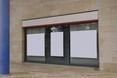 Η κενή προθήκη γραφείων με την ένωση των πινάκων διαφημίσεων χλευάζει επάνω Στοκ φωτογραφία με δικαίωμα ελεύθερης χρήσης
