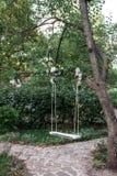 Η κενή ταλάντευση κρεμά από το δέντρο στον κήπο Στοκ φωτογραφία με δικαίωμα ελεύθερης χρήσης