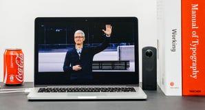 Η κεντρική ιδέα της Apple με Tim Cook δίνει αντίο την κεντρική ιδέα τελών Στοκ Εικόνες