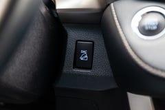 Η κεντρική κονσόλα του αυτοκινήτου με τα κουμπιά ελέγχου για τον κάτω βοηθό λόφων που βοηθούν να πάνε κάτω από το βουνό για την ε στοκ φωτογραφίες με δικαίωμα ελεύθερης χρήσης