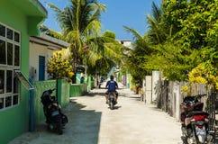 Η κεντρική οδός του τροπικού νησιού, που αγνοεί τον ωκεανό, ατόλλη Kaafu, νησί Kuda Huraa, Μαλδίβες στοκ εικόνες