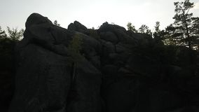 Η κεραία πέρα από τα βουνά λικνίζει την εναέρια κάμερα κινηματογραφίας ανατολής Dovbysh/επάνω απόθεμα βίντεο