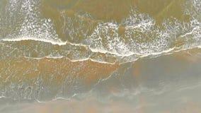 η κεραία παραλιών, κύμα έρχεται στην ακτή, η άποψη άνωθεν Πράσινα νερά της Βόρεια Θάλασσας και της γκρίζας άμμου θάλασσας απόθεμα βίντεο