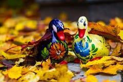 Η κεραμική πάπια που χρωματίζεται σε Zhestovo (Ρωσία) στο υπόβαθρο του φθινοπώρου φεύγει Στοκ Εικόνες