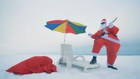 Η κιθάρα παιχνιδιού Claus υπαίθρια, κλείνει επάνω φιλμ μικρού μήκους