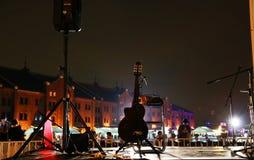 Η κιθάρα που άναψε επάνω από το φως νύχτας Στοκ φωτογραφία με δικαίωμα ελεύθερης χρήσης