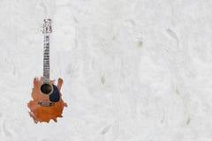 Η κιθάρα στην άμμο στην παραλία στοκ εικόνες με δικαίωμα ελεύθερης χρήσης