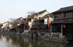 Η κινεζική αρχιτεκτονική, κτήρια που ευθυγραμμίζει τα κανάλια νερού στην πόλη Xitang στην επαρχία Zhejiang Στοκ Εικόνα