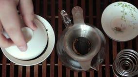 Η κινεζική τελετή τσαγιού στον πίνακα τσαγιού, κλείνει επάνω, τονισμένο βίντεο φιλμ μικρού μήκους