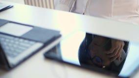 Η κινηματογράφηση σε πρώτο πλάνο, σε έναν άσπρο υπολογιστή γραφείου, δίπλα σε ένα lap-top, το πρόσωπο μιας επιχειρησιακής γυναίκα απόθεμα βίντεο