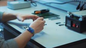 Η κινηματογράφηση σε πρώτο πλάνο, ένας μηχανικός επισκευής τεχνικών προετοιμάζει έναν εργασιακό χώρο απόθεμα βίντεο