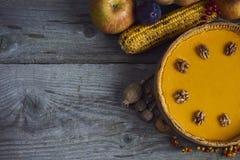 η κινηματογράφηση σε πρώτο πλάνο ανασκόπησης φθινοπώρου χρωματίζει το φύλλο κισσών πορτοκαλί Σπιτική πίτα κολοκύθας για την ημέρα Στοκ εικόνες με δικαίωμα ελεύθερης χρήσης