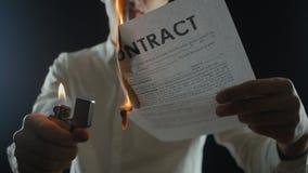 Η κινηματογράφηση σε πρώτο πλάνο ενός ατόμου καίει ένα έγγραφο συμβάσεων Καταστροφή των τίτλων Διακοπή μιας συμφωνίας φιλμ μικρού μήκους