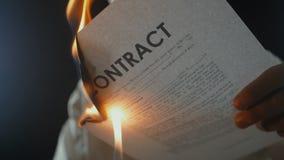 Η κινηματογράφηση σε πρώτο πλάνο ενός ατόμου καίει ένα έγγραφο συμβάσεων Καταστροφή των τίτλων Διακοπή μιας συμφωνίας απόθεμα βίντεο