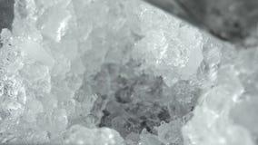 Η κινηματογράφηση σε πρώτο πλάνο ενός ατόμου με ένα φτυάρι παίρνει τη συντριβή πάγου για ένα κοκτέιλ Παραγωγή κοκτέιλ Negroni φιλμ μικρού μήκους