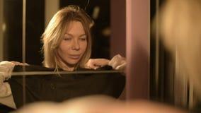 Η κινηματογράφηση σε πρώτο πλάνο ενός μάγου κοριτσιών μπροστά από έναν καθρέφτη βάζει στην κουκούλα του κοστουμιού του κάθε φορά  απόθεμα βίντεο