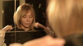 Η κινηματογράφηση σε πρώτο πλάνο ενός μάγου κοριτσιών μπροστά από έναν καθρέφτη βάζει στην κουκούλα του κοστουμιού του κάθε φορά  φιλμ μικρού μήκους