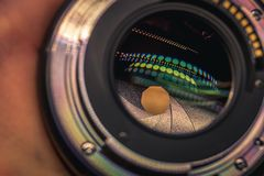 Η κινηματογράφηση σε πρώτο πλάνο ενός φακού ψηφιακών κάμερα τοποθετεί και άνοιγμα μέσα στοκ εικόνα με δικαίωμα ελεύθερης χρήσης