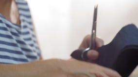 Η κινηματογράφηση σε πρώτο πλάνο, θηλυκά κενά παπουτσιών δέρματος λαβών βιομηχανικών εργατών παπουτσιών, κόβει τα πρόσθετα κομμάτ απόθεμα βίντεο